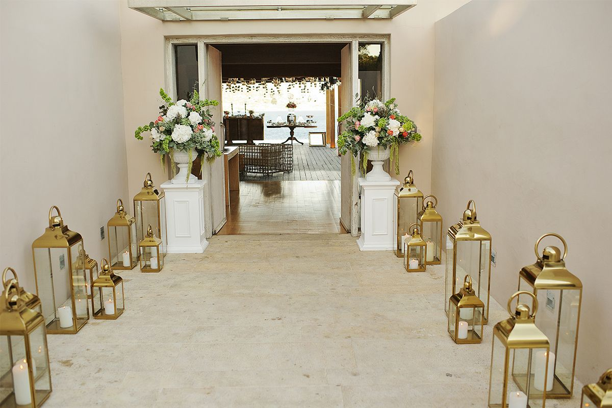 vintage_nautical_wedding_athens_island_entrance_candles_flowers_deplanv